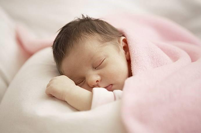 Ba mẹ cần làm gì khi bé ngủ hay giật mình 1