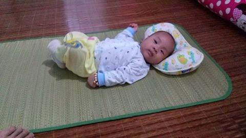 Bé 3 tháng tuổi ngủ không sâu giấc, hay giật mình và quấy khóc