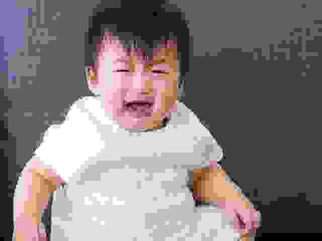 Bé 2 tuổi quấy khóc đêm ngủ không ngon giấc