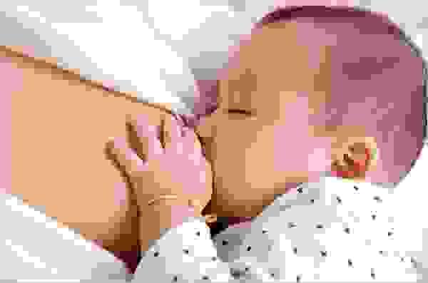 Tình trạng bé ít bú và chê ti mẹ có thể do một số nguyên nhân như sau: 1