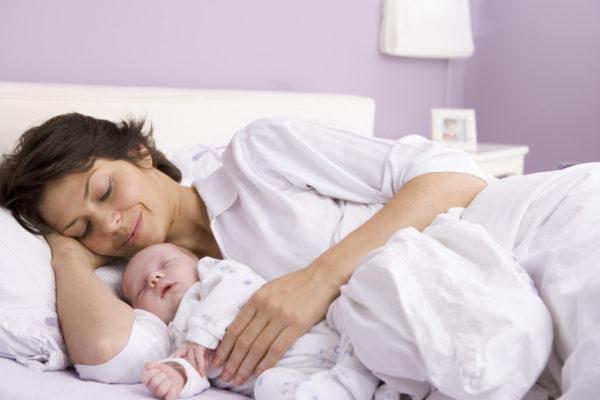 Sau khi sinh, người mẹ cần chăm sóc sức khỏe cẩn thận