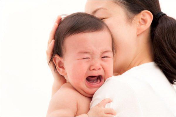 Mẹ nên ôm và vỗ về khi trẻ quấy khóc