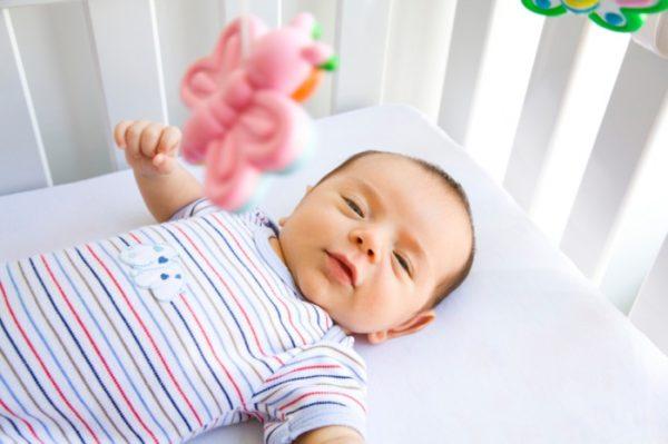 Giấc ngủ của trẻ sơ sinh chia làm mấy giai đoạn?