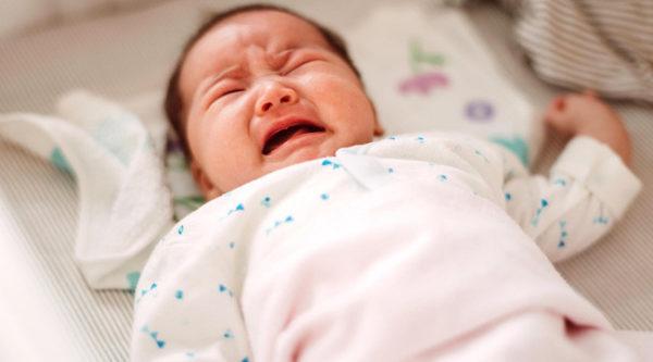 Trẻ ngủ chập chờn không ngon giấc về đêm phải làm sao?